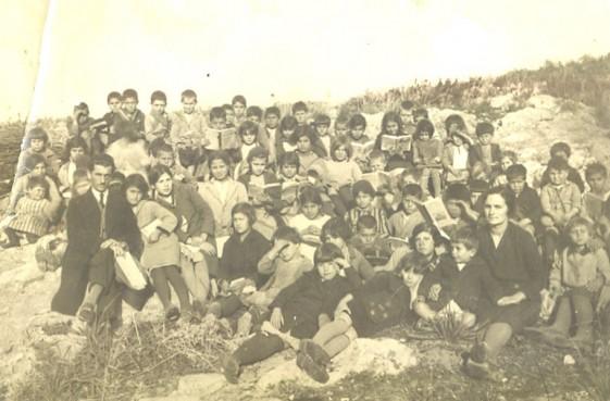 Το 1975 οι Λαμψακηνοί ξεκίνησαν να χτίζουν νέο σχολείο, με τον ίδιο τρόπο που έκτισαν την εκκλησία. Με εθελοντική εργασία. Επειδή οι οικογένειες εκείνη την εποχή ήταν συνήθως πολύτεκνες, τα παιδιά στο σχολείο αυξάνονταν με μεγάλο ρυθμό και το παλαιό κτίσμα δεν επαρκούσε. Επειδή η πολιτεία δεν διέθετε λεφτά, οι […]