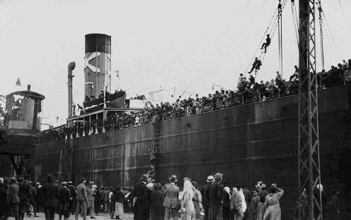 Αφού επιβιβάστηκαν στο πλοίο του Εμπειρίκου οι Λαμψακηνοί ταξίδεψαν 24 ώρες, μέχρι το πλοίο να φτάσει στον προορισμό του, το λιμάνι του Πειραιά. Εκεί οι αρμόδιοι αρνήθηκαν να κατεβάσουν τους Λαμψακηνούς, γιατί είχαν μαζί τους πρόβατα και θεώρησαν ότι αυτοί «δεν είναι για την πόλη, πρέπει να τους πάνε σε […]
