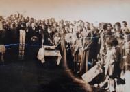 Αφού επιβιβάστηκαν από την Καλλίπολη στο πλοίο του Εμπειρίκου οι Λαμψακηνοί ταξίδεψαν 24 ώρες, μέχρι το πλοίο να φτάσει στον προορισμό του, το λιμάνι του Πειραιά. Εκεί οι αρμόδιοι αρνήθηκαν να κατεβάσουν τους Λαμψακηνούς, γιατί είχαν μαζί τους πρόβατα και θεώρησαν ότι αυτοί «δεν είναι για την πόλη, πρέπει να […]
